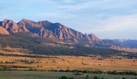 Salida del sol en el borde de las montañas rocosas fotografía de archivo libre de regalías