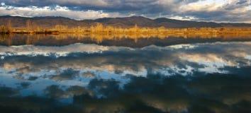 Salida del sol en el borde de un pequeño lago fotografía de archivo libre de regalías