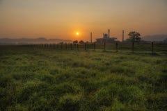 Salida del sol en el campo Imagen de archivo libre de regalías