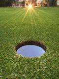 Salida del sol en el campo de golf imagenes de archivo