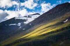 Salida del sol en el campo de montañas en el Parque Nacional Glacier Foto de archivo libre de regalías