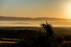 Salida del sol en el campo toscano fotos de archivo