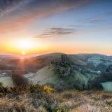 Salida del sol en el castillo de Corfe Foto de archivo