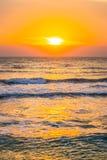 Salida del sol en el centro turístico del frente de la playa Fotos de archivo