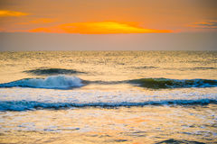 Salida del sol en el centro turístico del frente de la playa Fotografía de archivo libre de regalías