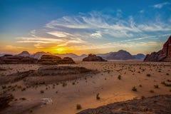 Salida del sol en el desierto de Wadi Rum imágenes de archivo libres de regalías