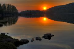 Salida del sol en el distrito de Kasli del ` de Svetlenkoye del ` del lago, región de Cheliábinsk Imágenes de archivo libres de regalías