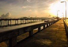 Salida del sol en el embarcadero de la bahía del chalong Fotografía de archivo