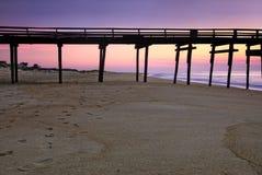 Salida del sol en el embarcadero en Outer Banks, Carolina del Norte de la pesca Fotografía de archivo libre de regalías