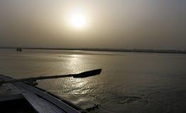 Salida del sol en el Ganges imagen de archivo libre de regalías