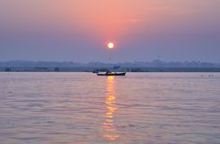 Salida del sol en el Ganges Imágenes de archivo libres de regalías