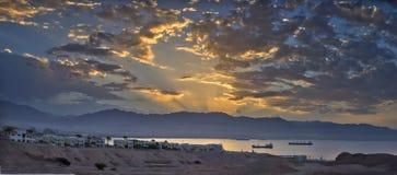 Salida del sol en el golfo y Eilat, Israel de Aqaba Fotografía de archivo libre de regalías