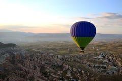 Salida del sol en el impulso de Cappadocia Imagenes de archivo