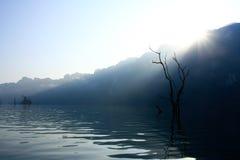 Salida del sol en el lago foto de archivo