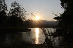 Salida del sol en el lago imagen de archivo libre de regalías