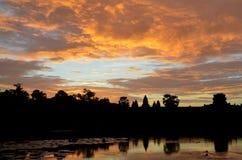 Salida del sol en el lago en Angkor Wat Fotos de archivo
