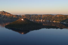 Salida del sol en el lago crater Foto de archivo