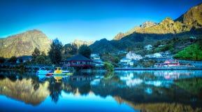 Salida del sol en el lago de la montaña Imagen de archivo
