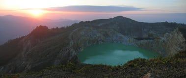 Salida del sol en el lago del cráter Fotografía de archivo