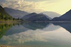 Salida del sol en el lago en Italia Imagenes de archivo