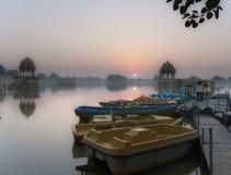 Salida del sol en el lago gadi Sagar en Jaisalmer, Rajasthán, la India Fotos de archivo
