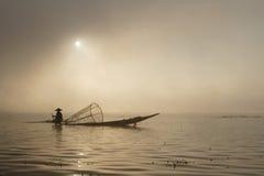 Salida del sol en el lago Inle con un barco del pescador Fotografía de archivo