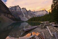 Salida del sol en el lago moraine Fotos de archivo libres de regalías