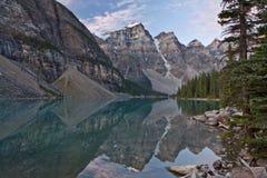 Salida del sol en el lago moraine - parque nacional de Banff Fotografía de archivo libre de regalías