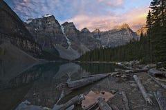 Salida del sol en el lago moraine - parque nacional de Banff Foto de archivo libre de regalías