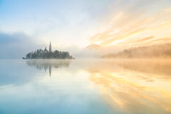 Salida del sol en el lago sangrado, Eslovenia Fotos de archivo