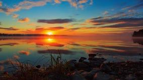 Salida del sol en el lale en Finlandia