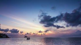 Salida del sol en el lapso de tiempo de la bahía del mar almacen de metraje de vídeo