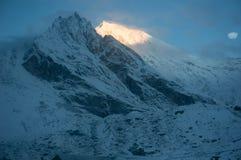 Salida del sol en el lirung de Langtang Parque nacional de Langtang imágenes de archivo libres de regalías