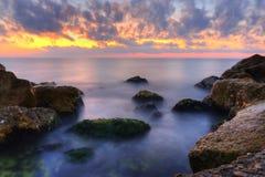 Salida del sol en el mar Imagenes de archivo