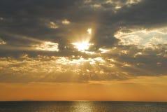 Salida del sol en el mar Imágenes de archivo libres de regalías