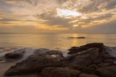 Salida del sol en el mar como exposición larga Foto de archivo