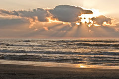 Salida del sol en el mar con las nubes Imágenes de archivo libres de regalías
