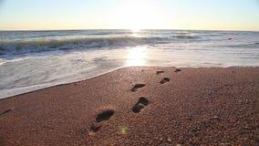 Salida del sol en el mar con las ondas y huella almacen de video