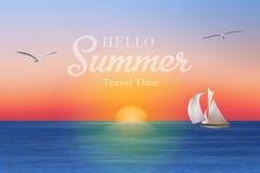 Salida del sol en el mar con un velero y las gaviotas Imagen de archivo