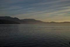 Salida del sol en el mar de Salish cerca de San Juan Island Imagen de archivo libre de regalías