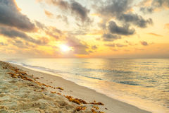Salida del sol en el mar del Caribe Imágenes de archivo libres de regalías