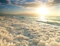 Salida del sol en el mar muerto, Israel. Foto de archivo