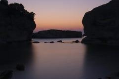 Salida del sol en el mar rocoso Foto de archivo libre de regalías
