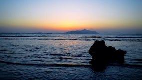 Salida del sol en el Mar Rojo Visión desde el Sharm-el-Sheikh, Egipto a la isla de Tiran, la Arabia Saudita almacen de video
