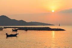 Salida del sol en el mar Variedad de colores fotos de archivo libres de regalías
