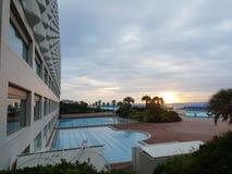 Salida del sol en el mesón japonés de la playa foto de archivo