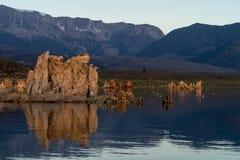 Salida del sol en el mono lago, pareciendo del oeste a Sierra Nevada Mountain fotografía de archivo libre de regalías