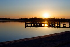 Salida del sol en el muelle en el río Fotos de archivo libres de regalías
