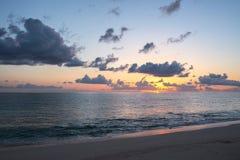 Salida del sol en el Océano Atlántico Fotos de archivo