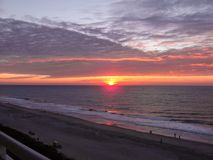 Salida del sol en el Océano Atlántico en Myrtle Beach South Carolina imagen de archivo libre de regalías
